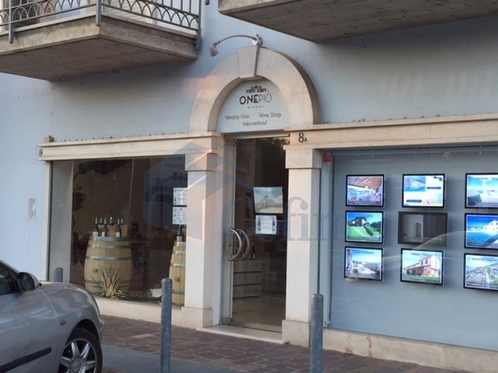 negozio affitto sirmione ingresso e vetrina